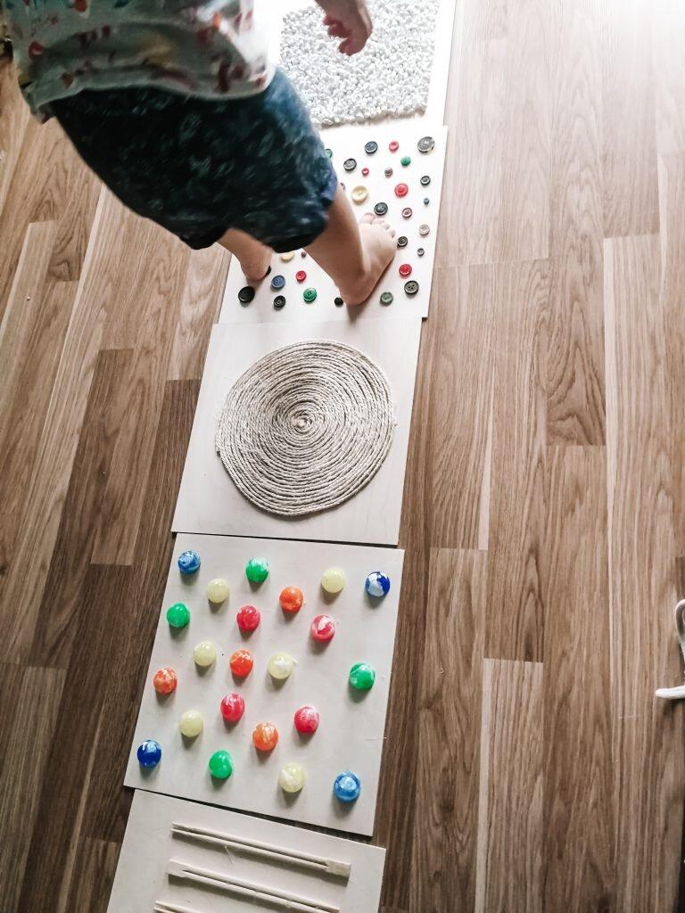 sensoryka ścieżka sensoryczna diy dla dziecka
